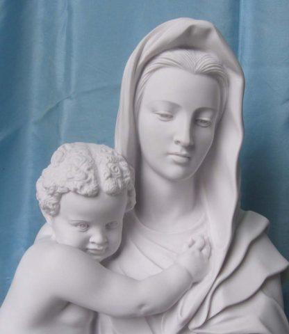statua della Madonna con Gesù bambino in marmoresina, di altezza 66 cm, cod. 25MGB66MR, dettaglio