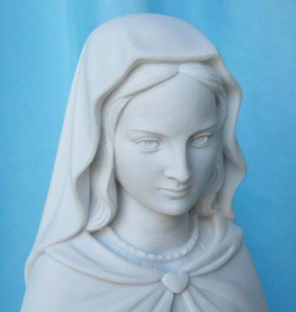 statua della Madonna delle rose altezza 44 cm in marmoresina, cod. 25MDR40MR, dettaglio