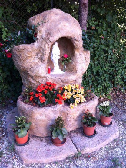 grotta con Madonna con Bambino, con rialzo, vasi e basamento, su misura, col. old stone, località: Torre San Patrizio (Fermo)