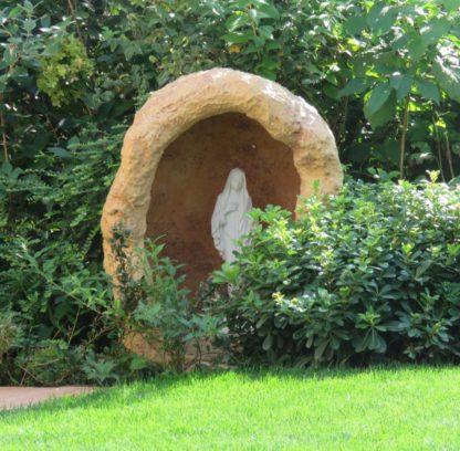 grotta con vasetto e Madonna di Medjugorje, col. mattone, località: San Bonifacio (Verona)