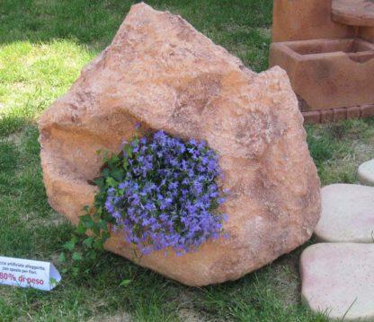 roccia decorativa alleggerita con spazio per fiori, esposta alla manifestazione Rocca in fiore, località: Monselice (Padova)