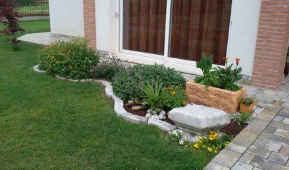 bordo curvo 100 col. antichizzato e fioriera Pusteria in finta pietra col. mattone, località: Villanova del Ghebbo (Rovigo)