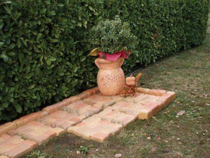 selciato e bordura per aiuole col. pietre del borgo e vaso oleandro col. mattone, località: Villanova del Ghebbo (Rovigo)
