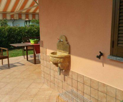 fontana a muro Giudecca con supporto col. old stone, cod. 03FMGOS, località: Chieri (Torino)