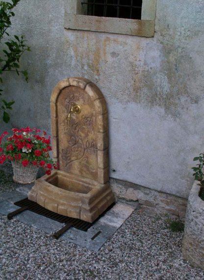 fontana a muro Perugia col. old stone, cod. 03FMPOS, località: Arzignano (Vicenza)