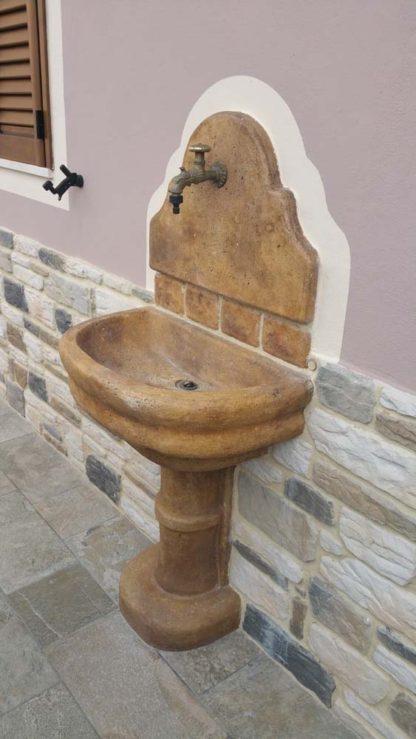 fontana a muro Venezia con supporto col. old stone, personalizzata con pietre aggiuntive, località: Prato