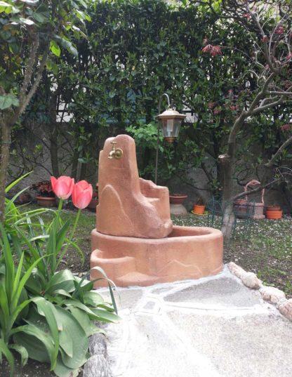 fontana Piave con gioco d'acqua e lanterna col. mattone, cod. 13FPILM, località: Bellagio (Como)