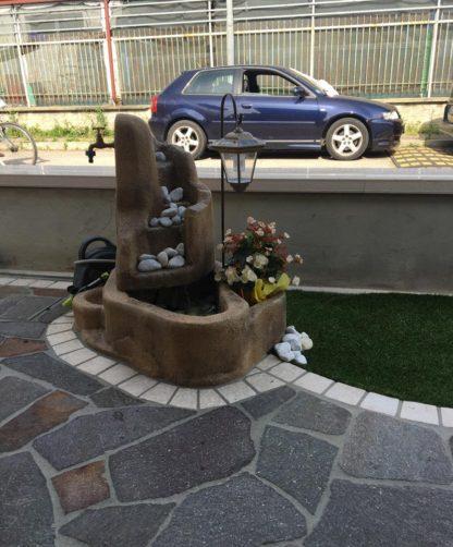 fontana Piave con gioco d'acqua e lanterna col. old stone, cod. 13FPILOS, località: Goro (Ferrara)