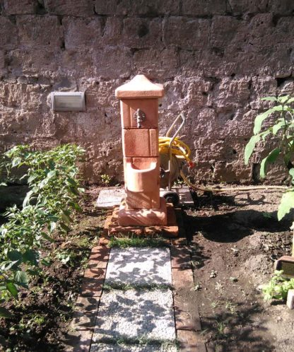 fontana pilastrello col. mattone, cod. 03FPM, località: San Nicola La Strada (Caserta)
