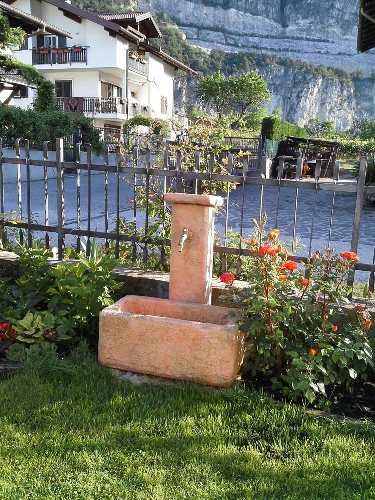 Come costruire una fontana in pietra id es de design d - Fontana da giardino moderna ...