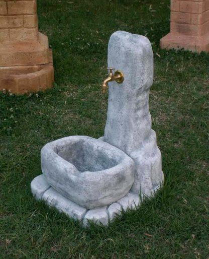 fontana fonte alla roccia col. antichizzato, cod. 03FRAT, esposta alla manifestazione Festa del Grano, località: Villamarzana (Rovigo)