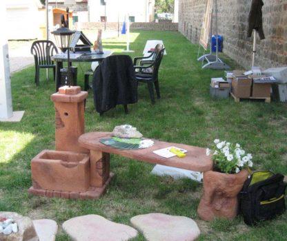 fontana fonte del casale con panchina e lanterna col. mattone, cod. 03FDCPLM, esposta durante la manifestazione Rocca in Fiore, località: Monselice (Padova)