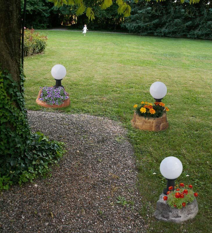 lampada da giardino con base piccola in finta roccia