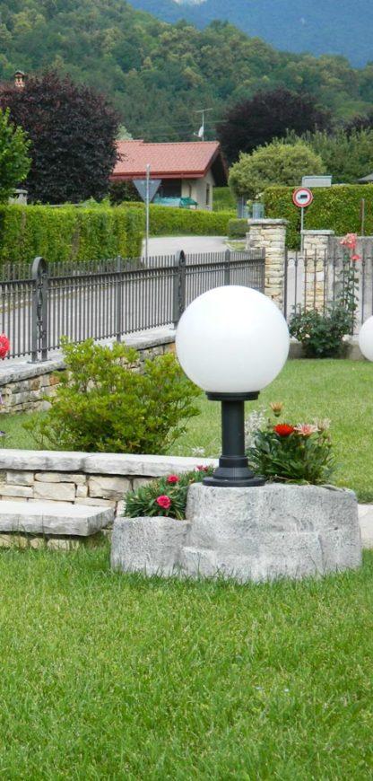 lampione da giardino con base grande in finta roccia col. antichizzato, cod. 11PLGATL, località: Feltre (Belluno)