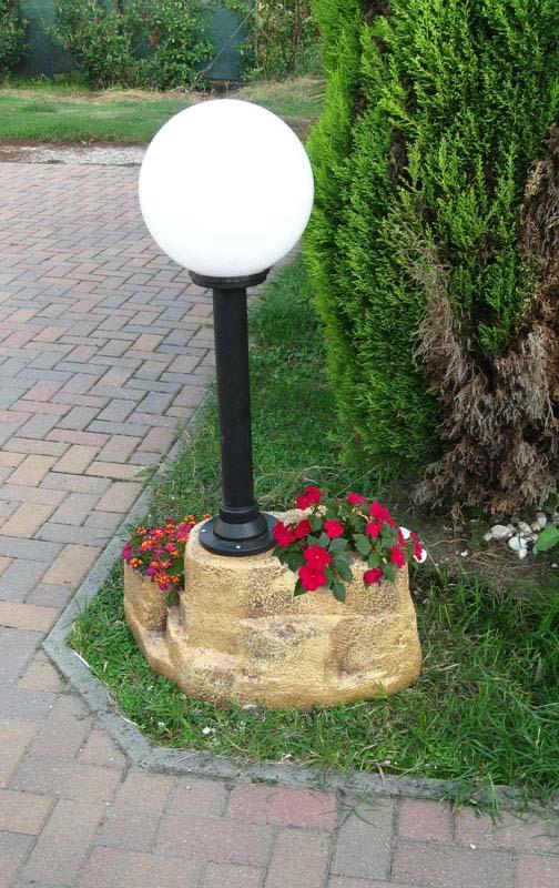 Lampione da giardino con base grande in finta roccia for Lampioni da giardino a sfera