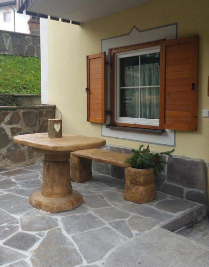 salotto roccia grande con una panchina, col. old stone, località: Selva di Val Gardena (Bolzano)