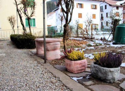 vaso primula 40 cm col. antichizzato e rosa antico con panchina roccia, località: Campolongo di Cadore (Belluno)